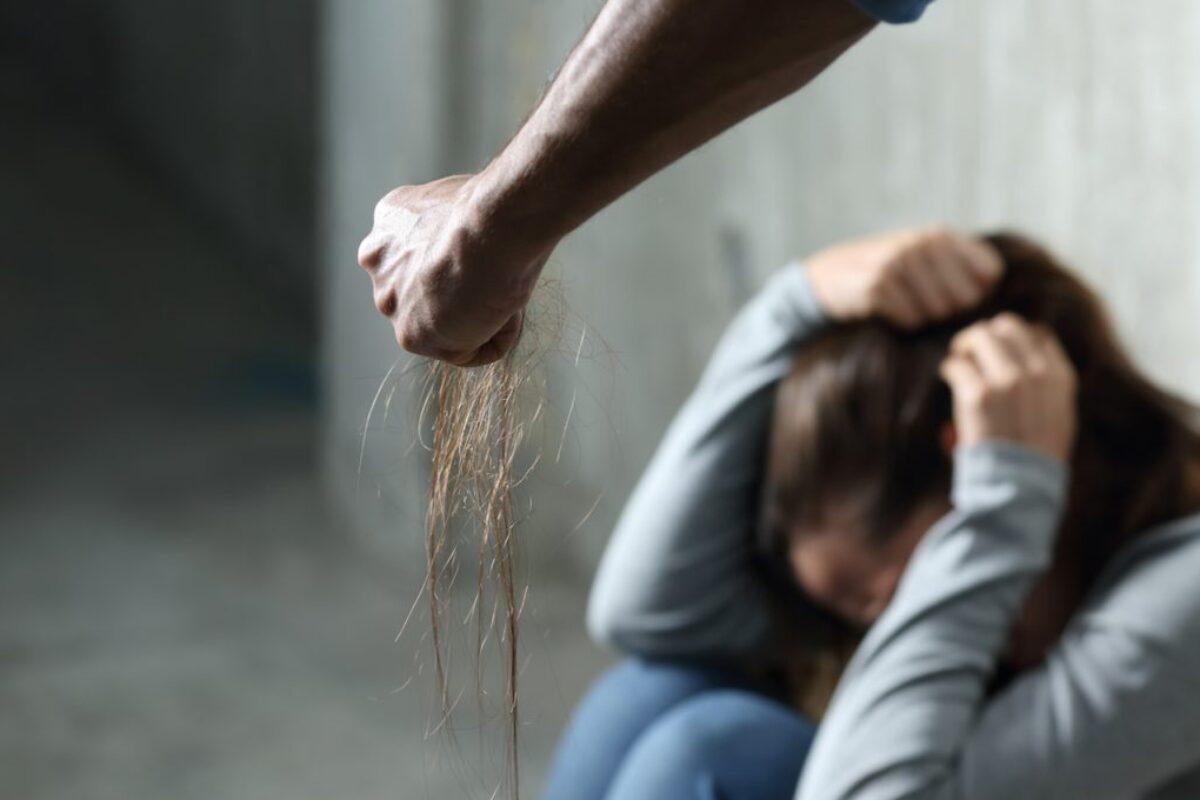 ¿A dónde debes llamar si eres víctima de violencia contra la mujer?