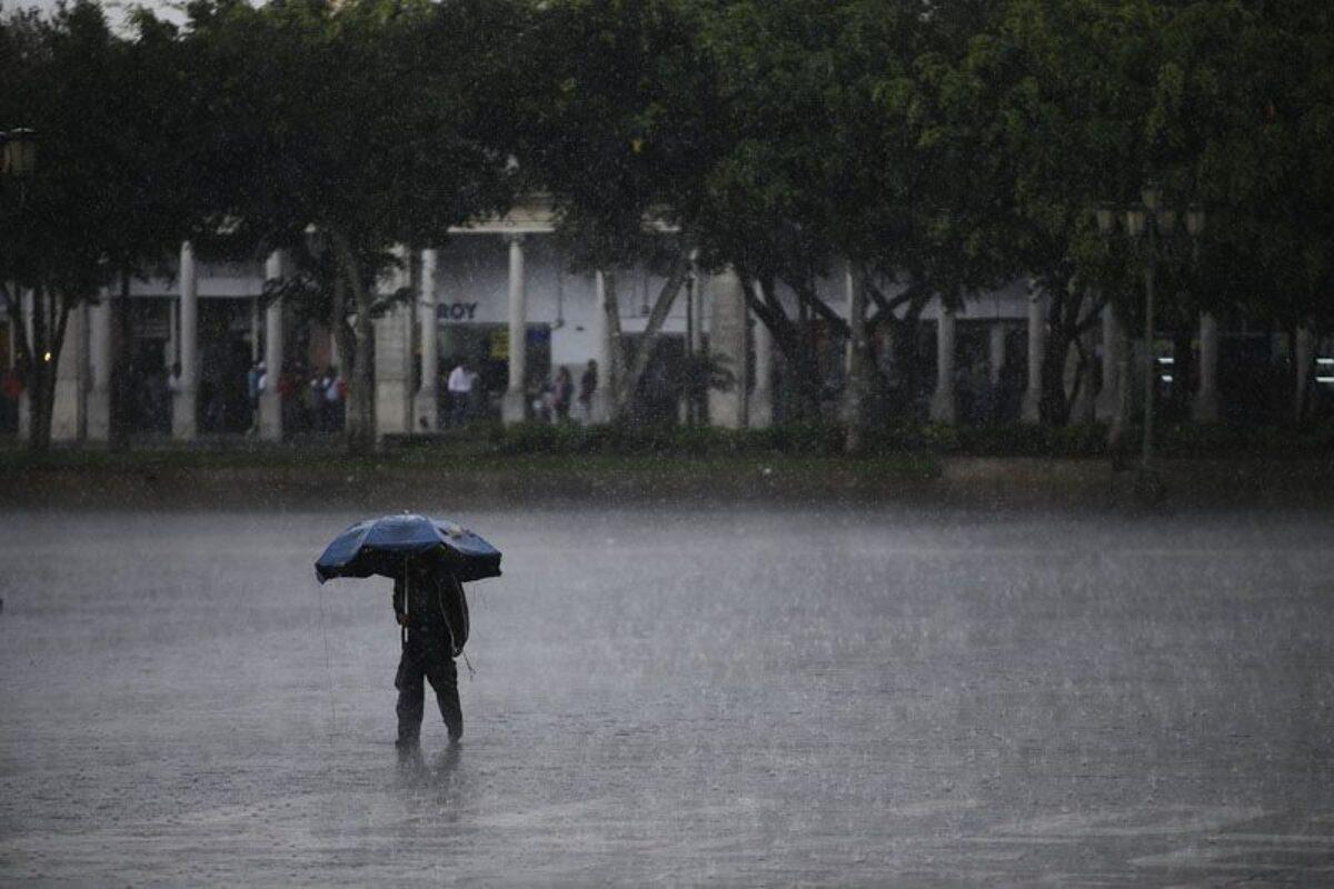 En épocas de lluvia, llaman a evitar compartir paraguas