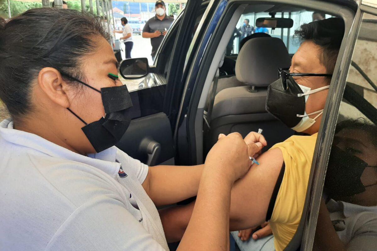 Ciudadanos se vacunan contra el Covid-19 desde sus vehículos