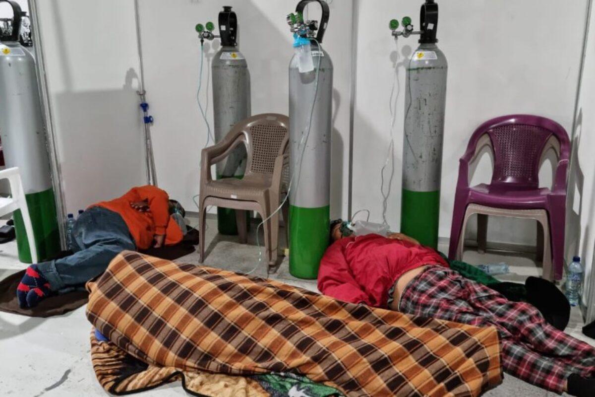 Autoridades: pacientes prefirieron esperar en el suelo