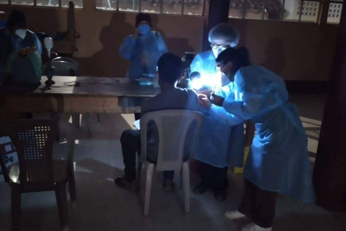 TOTO | Realizan vacunación nocturna en un salón que no cuenta con electricidad