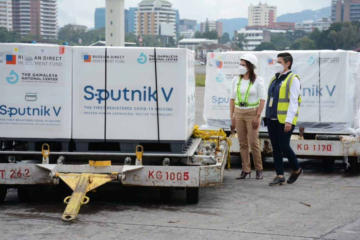 Ingresan a Guatemala 700 mil vacunas Sputnik V para primera dosis