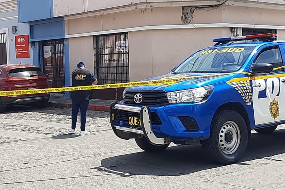 Mujer fallece en el interior de su vehículo frente a la antigua comisaría 41 de Xela